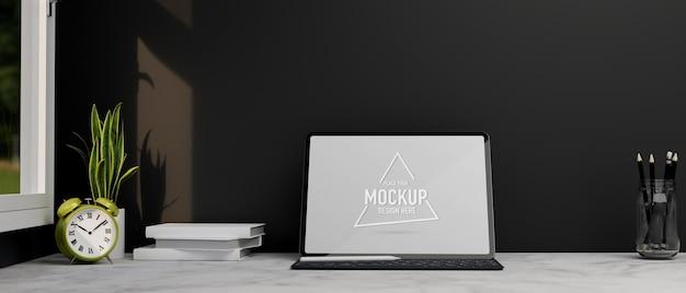 Digital-tablet-tastaturständer auf marmorarbeitstisch in der nähe des fensters mit schwarzer tapete des weckers