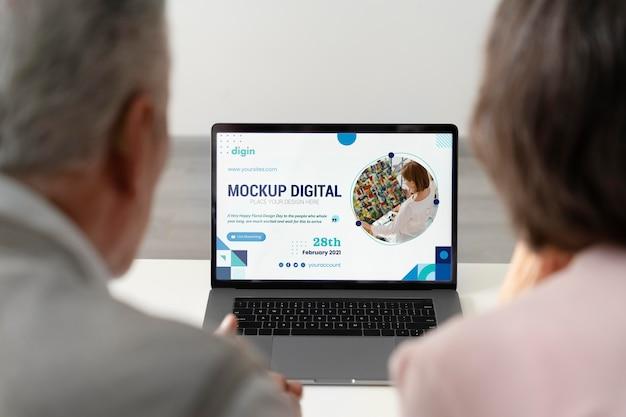 Digitales seniorenkonzept mit gerätemodell