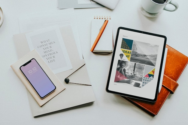Digitales tablet auf dem schreibtisch