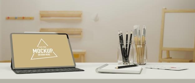Digitales tablet mit mockup-bildschirm und tastatur auf dem arbeitstisch