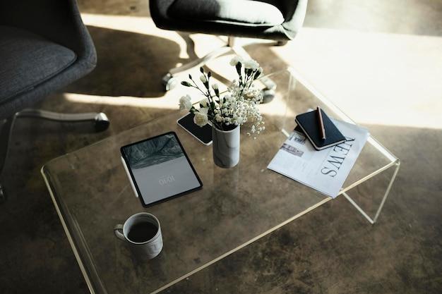 Digitales tablet-modell an einer vase mit weißen nelkenblüten