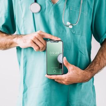 Doktor, der smartphonemodell zeigt