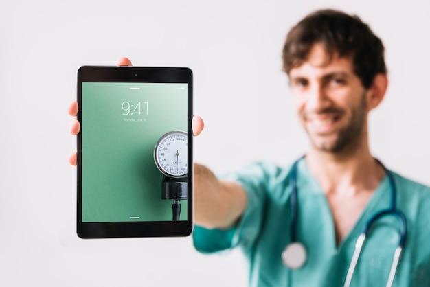 Doktor, der tablettenmodell zeigt
