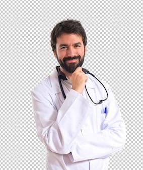 Doktor, der über lokalisiertem weißem hintergrund denkt
