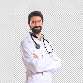 Doktor mit seinen armen kreuzte über weißem hintergrund