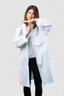Doktorfrau mit dem stethoskop, das endgeste mit ihrer hand macht, um eine tat zu stoppen
