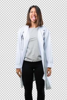 Doktorfrau mit stethoskop macht lustiges und verrücktes gesichtsgefühl