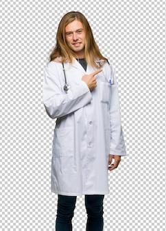 Doktormann, der auf die seite zeigt, um ein produkt zu präsentieren