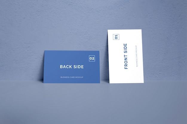Doppelseitige visitenkarte, die auf einem wandmodell liegt