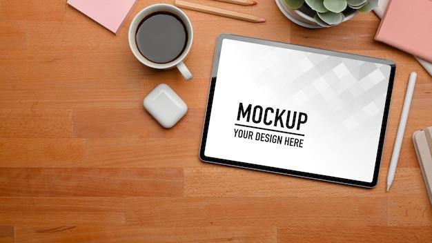 Draufsicht auf arbeitsbereich mit digitalem tablet und zubehör im home office