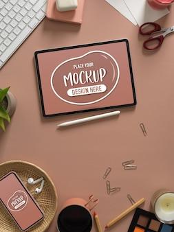 Draufsicht auf arbeitsbereich mit mock-up-tablet, zubehör, zubehör. kopierraum und dekorationen