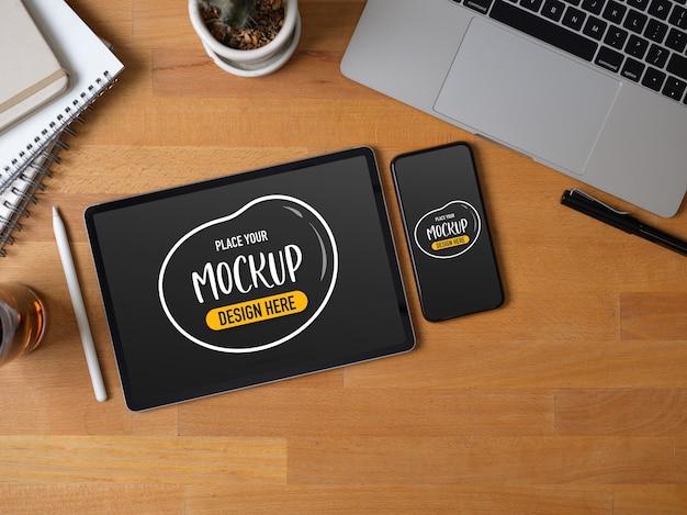 Draufsicht auf arbeitsbereich mit mock-up-tablet
