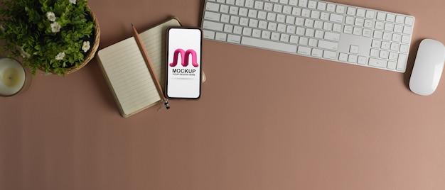 Draufsicht auf arbeitsbereich mit modell-smartphone