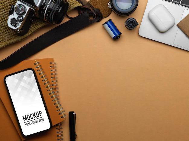 Draufsicht auf arbeitsbereich mit smartphone-modell