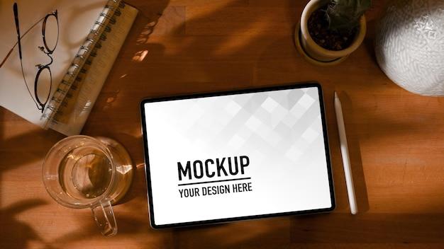 Draufsicht auf arbeitstisch mit digitalem tablet-modell