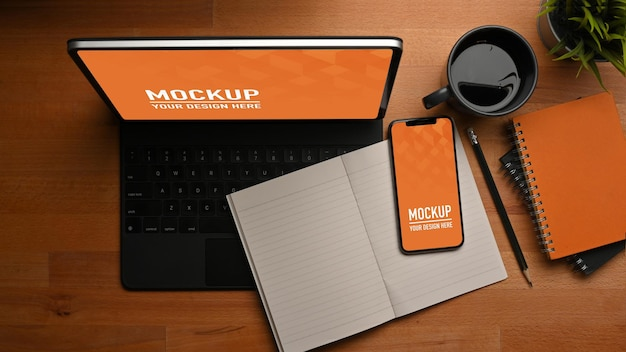 Draufsicht auf arbeitstisch mit smartphone- und tablet-modell