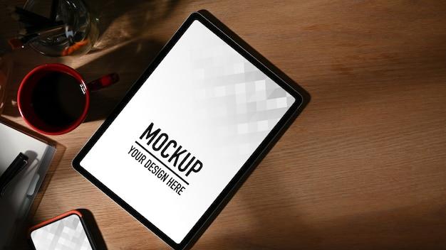 Draufsicht auf arbeitstisch mit tablettenmodell, kaffeetasse, zubehör