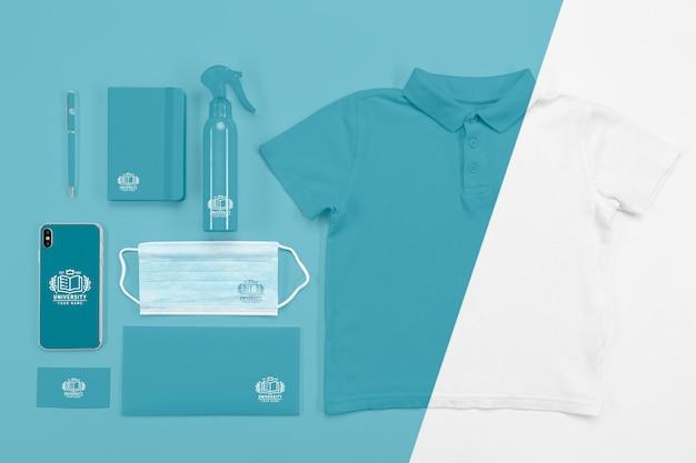 Draufsicht auf das wesentliche des schulanfangs mit medizinischer maske und t-shirt