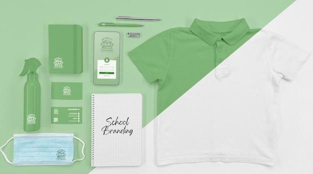 Draufsicht auf das wesentliche des schulanfangs mit t-shirt und medizinischer maske