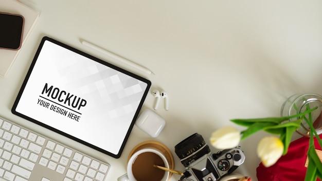 Draufsicht auf den arbeitsbereich mit tablet- und büromaterial