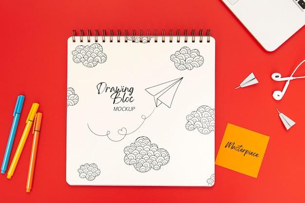 Draufsicht auf die schreibtischoberfläche mit notebook und kopfhörern