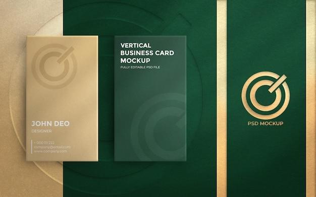 Draufsicht auf elegante vertikale visitenkarte mit geprägtem logo-modell