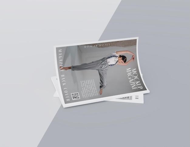 Draufsicht auf geöffnetes magazin-design-mockup