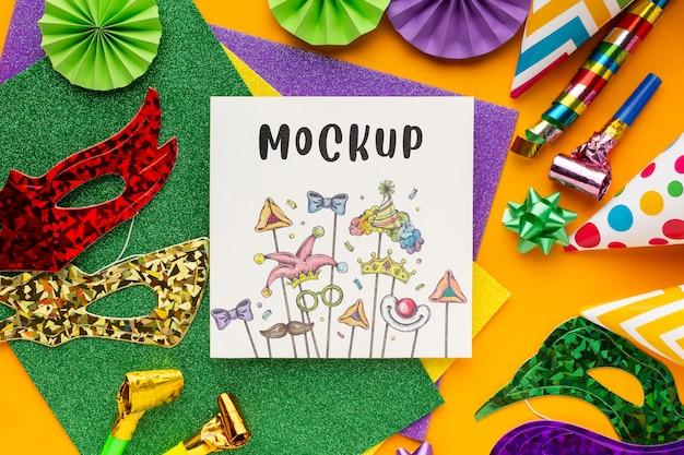 Draufsicht auf karnevalsmasken mit party essentials-modell