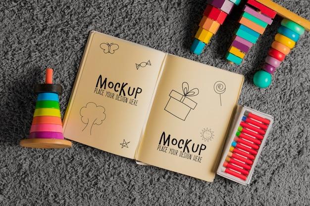 Draufsicht auf kinderspielzeug mit tagesordnung