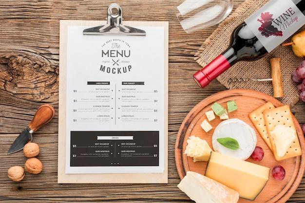Draufsicht auf notizblock mit einer auswahl an lokal angebautem käse und wein