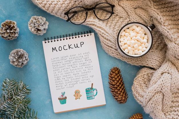 Draufsicht auf notizbuch mit marshmallows und brille