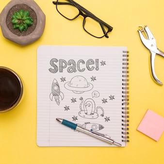 Draufsicht auf notizbuch mit zeichnungen und sukkulenten