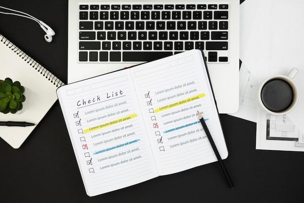 Draufsicht auf offene tagesordnung auf schreibtisch