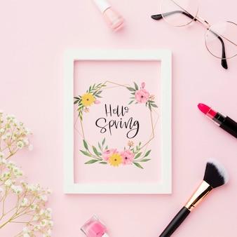 Draufsicht auf rahmen mit make-up essentials