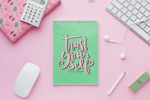 Draufsicht auf schreibtisch mit notebook und kopfhörern