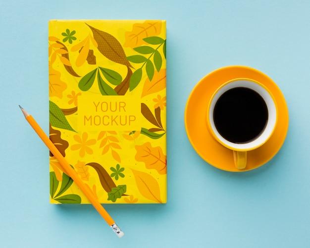Draufsicht auf schreibtisch mit notizblock und kaffee
