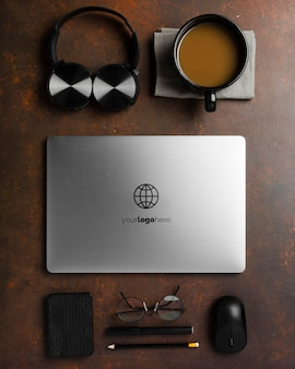 Draufsicht auf schreibtischoberfläche mit laptop und kopfhörern