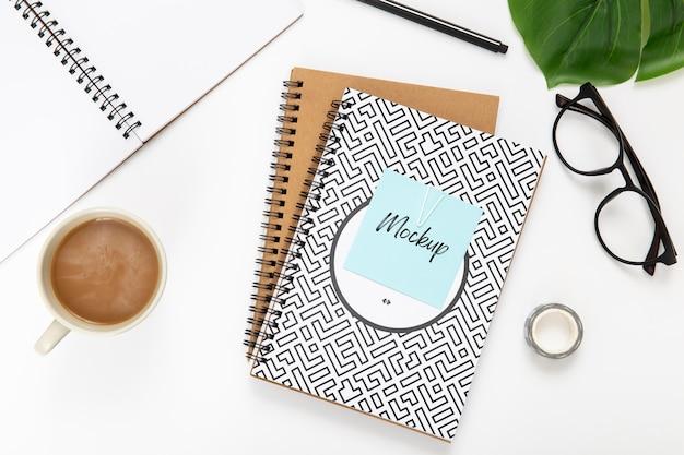 Draufsicht auf schreibtischoberfläche mit noteboks
