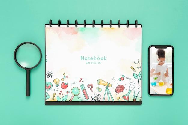 Draufsicht auf schreibtischoberfläche mit notebook und smartphone