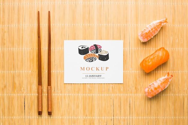 Draufsicht auf sushi mit stäbchen