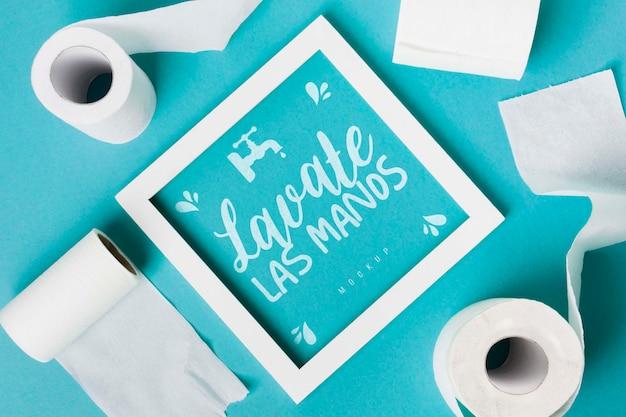 Draufsicht auf toilettenpapierrollen mit rahmen