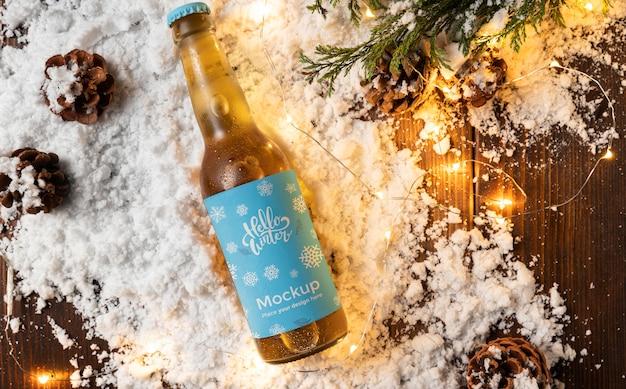 Draufsicht bierflasche im schnee
