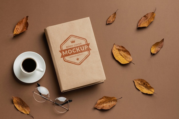 Draufsicht buch und kaffeetassen-arrangement