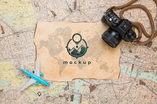 Draufsicht der kamera mit karte und flugzeug für reisen