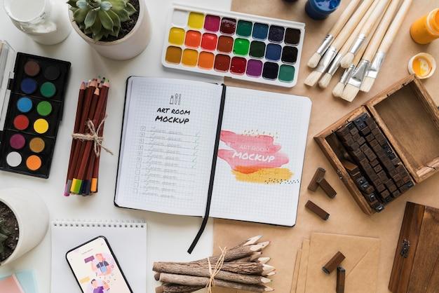 Draufsicht, der künstlerschreibtisch mit werkzeugen malt