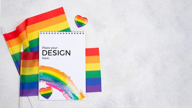 Draufsicht der regenbogenfahnen und des notizbuchs