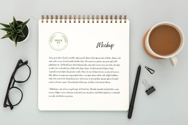 Draufsicht der schreibtischoberfläche mit kaffee und stift