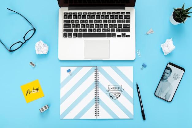 Draufsicht der schreibtischoberfläche mit laptop und smartphone