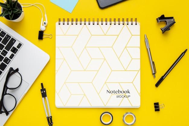 Draufsicht der schreibtischoberfläche mit notebook und laptop