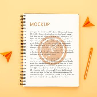 Draufsicht der schreibtischoberfläche mit notizbuch und stift
